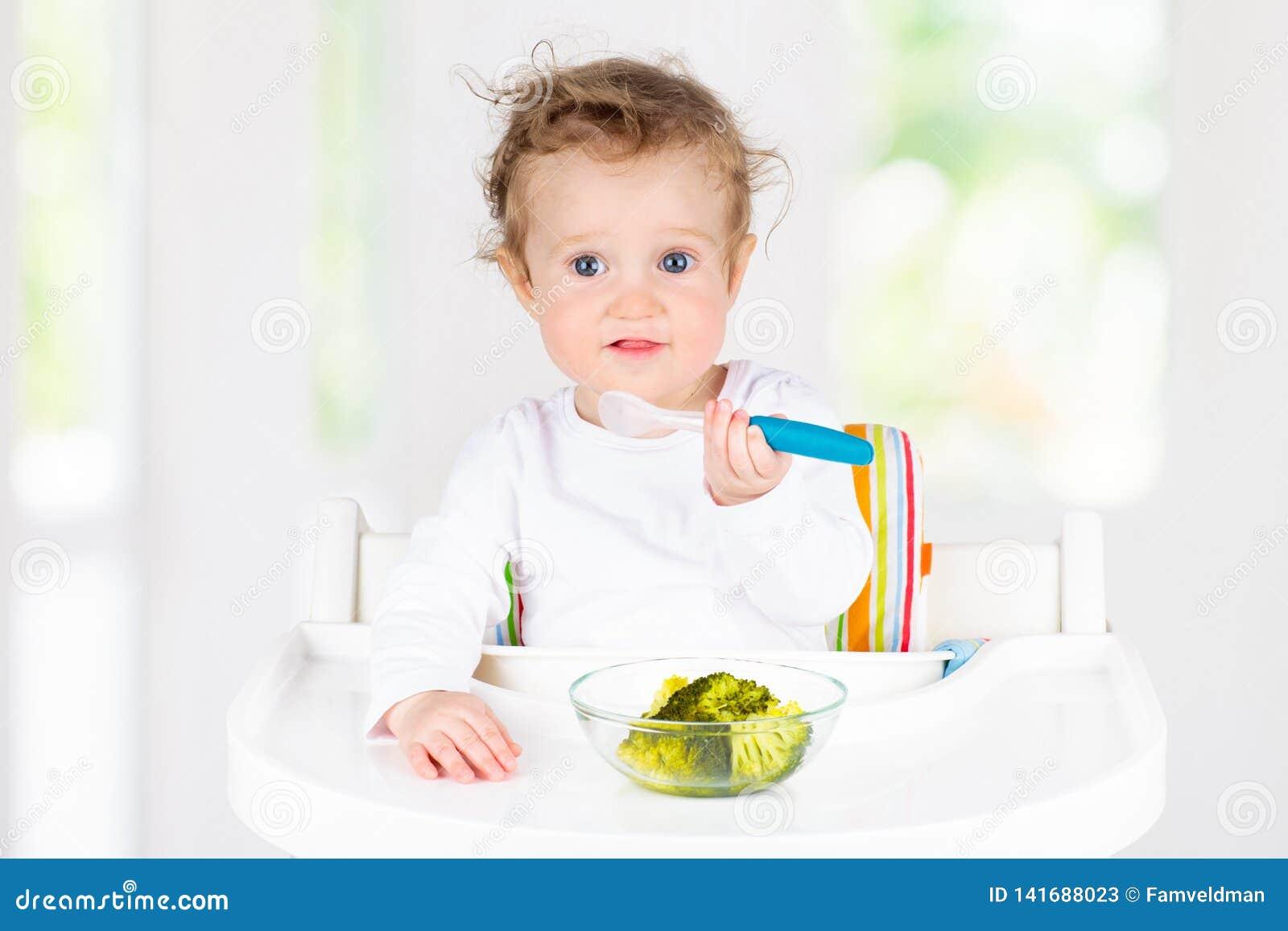 Bebé que come verduras Comida sólida para el niño