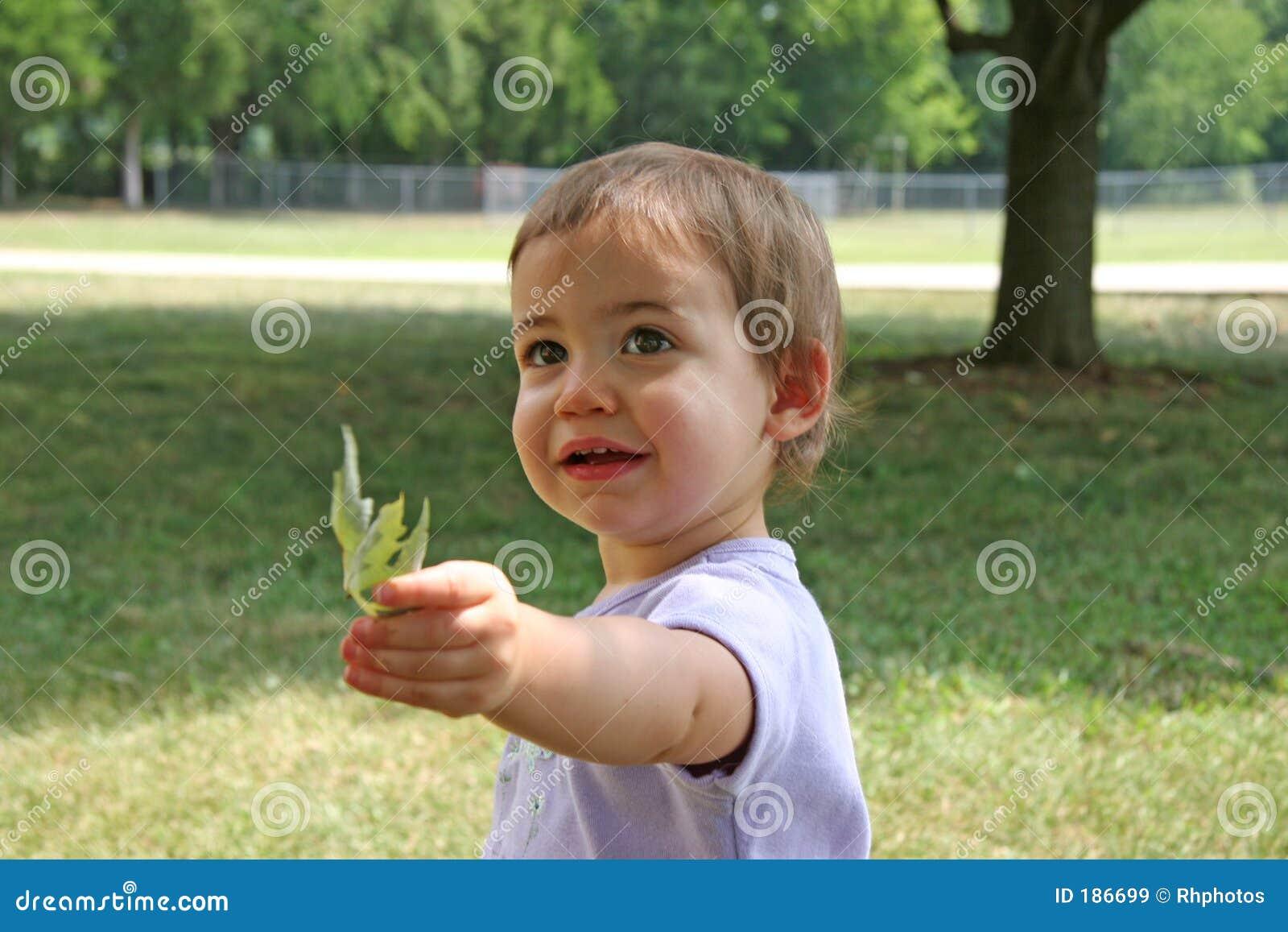 Bebé que da la hoja