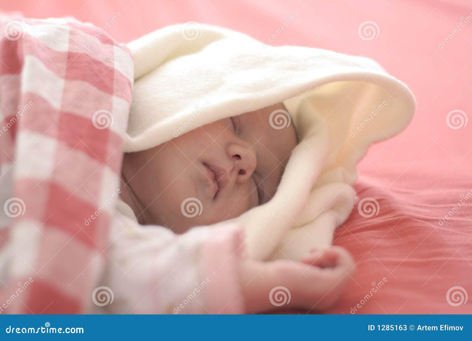 Bebé que duerme en rojo