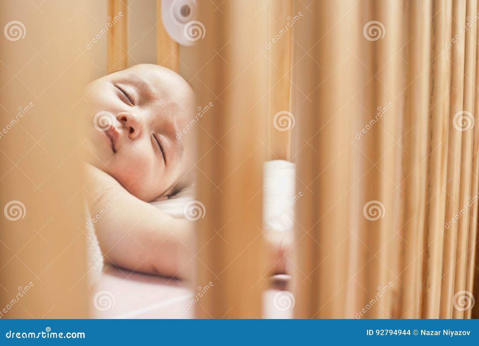 Bebé que duerme en un pesebre
