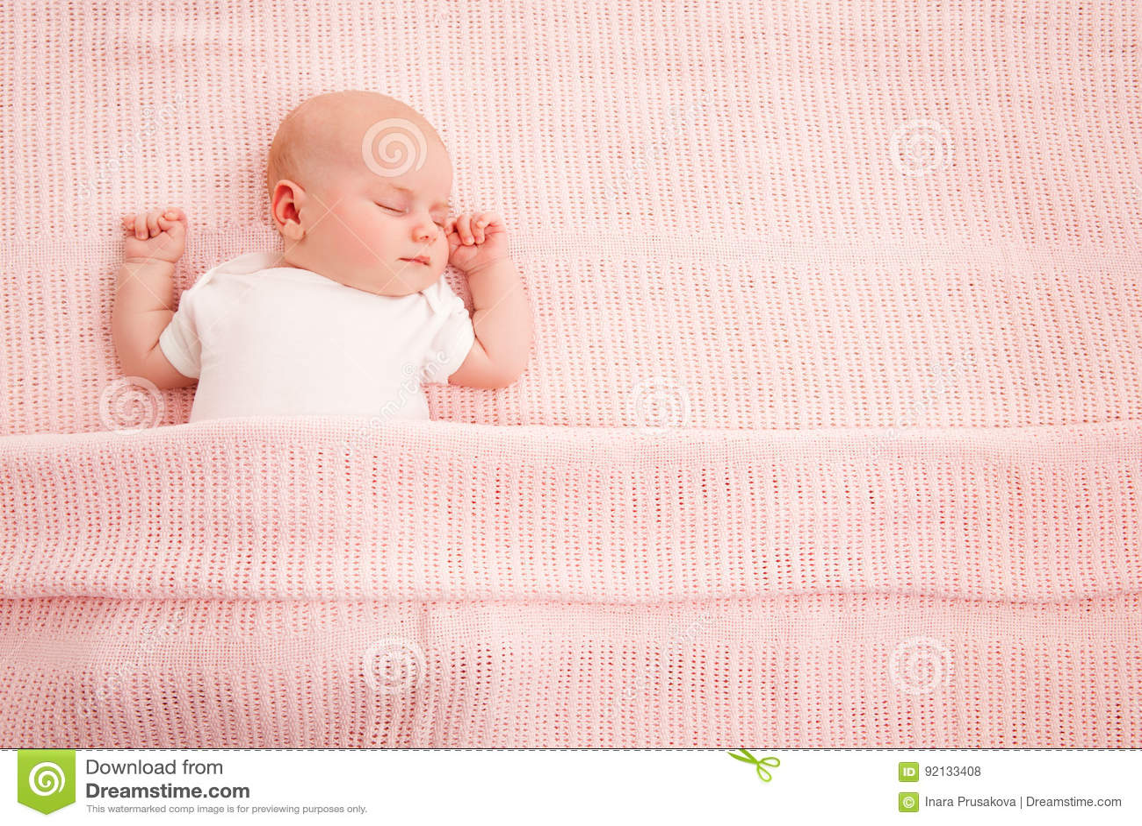 Bebé que duerme, sueño recién nacido del niño en la cama, niño recién nacido o dormido