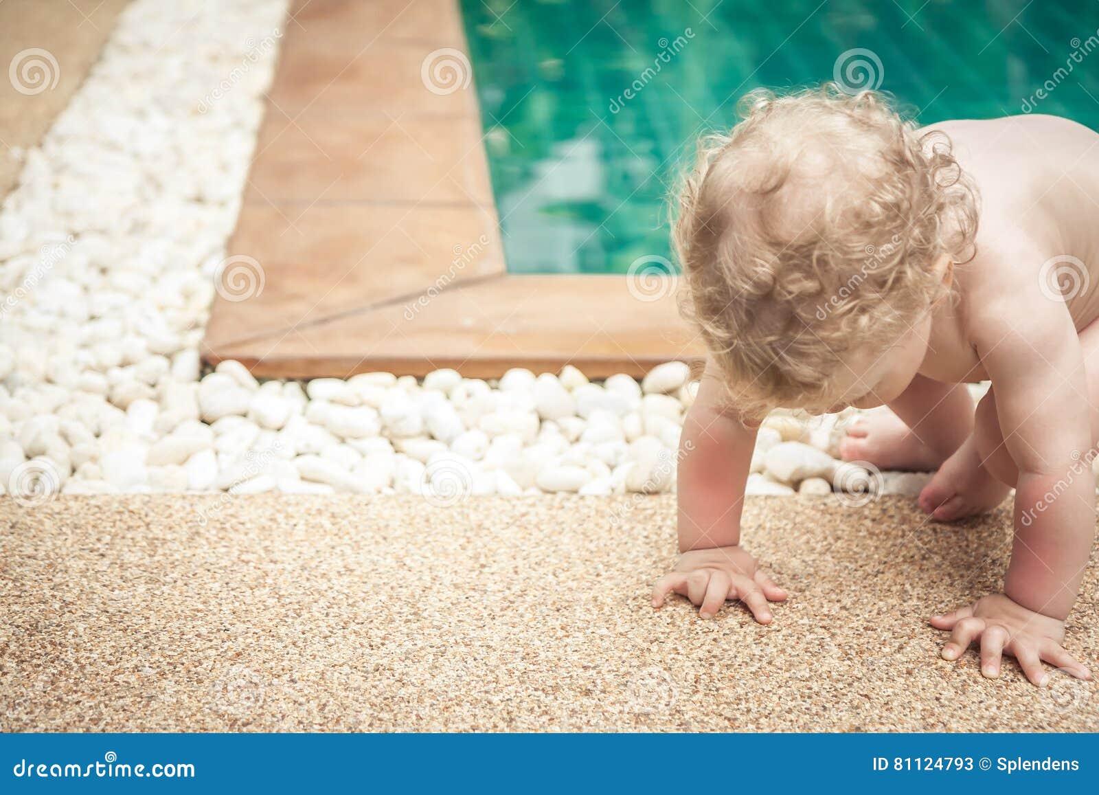 Bebé que hace esfuerzos para levantarse con el espacio de la copia