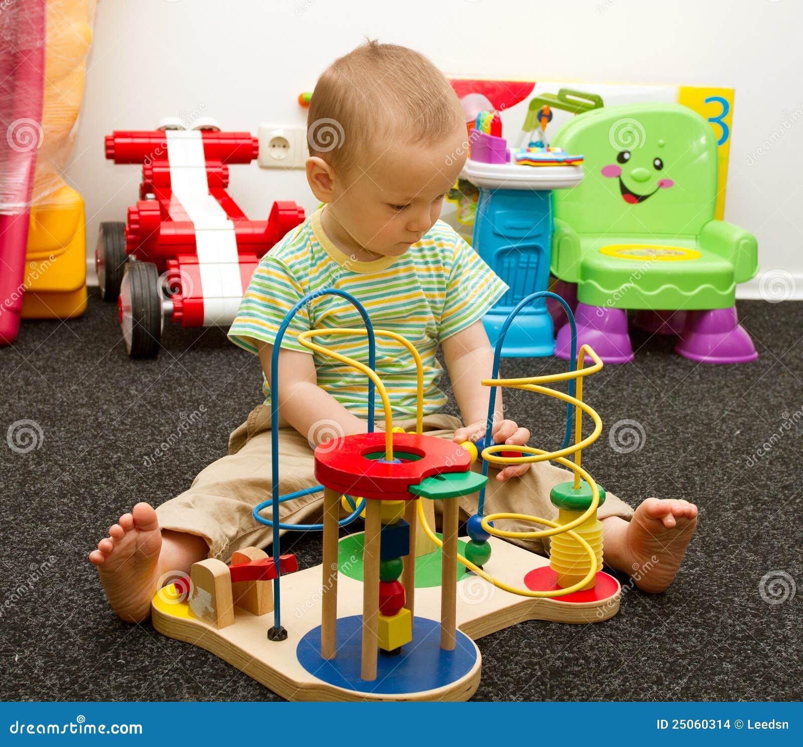 Ella juega masculina con juguetes