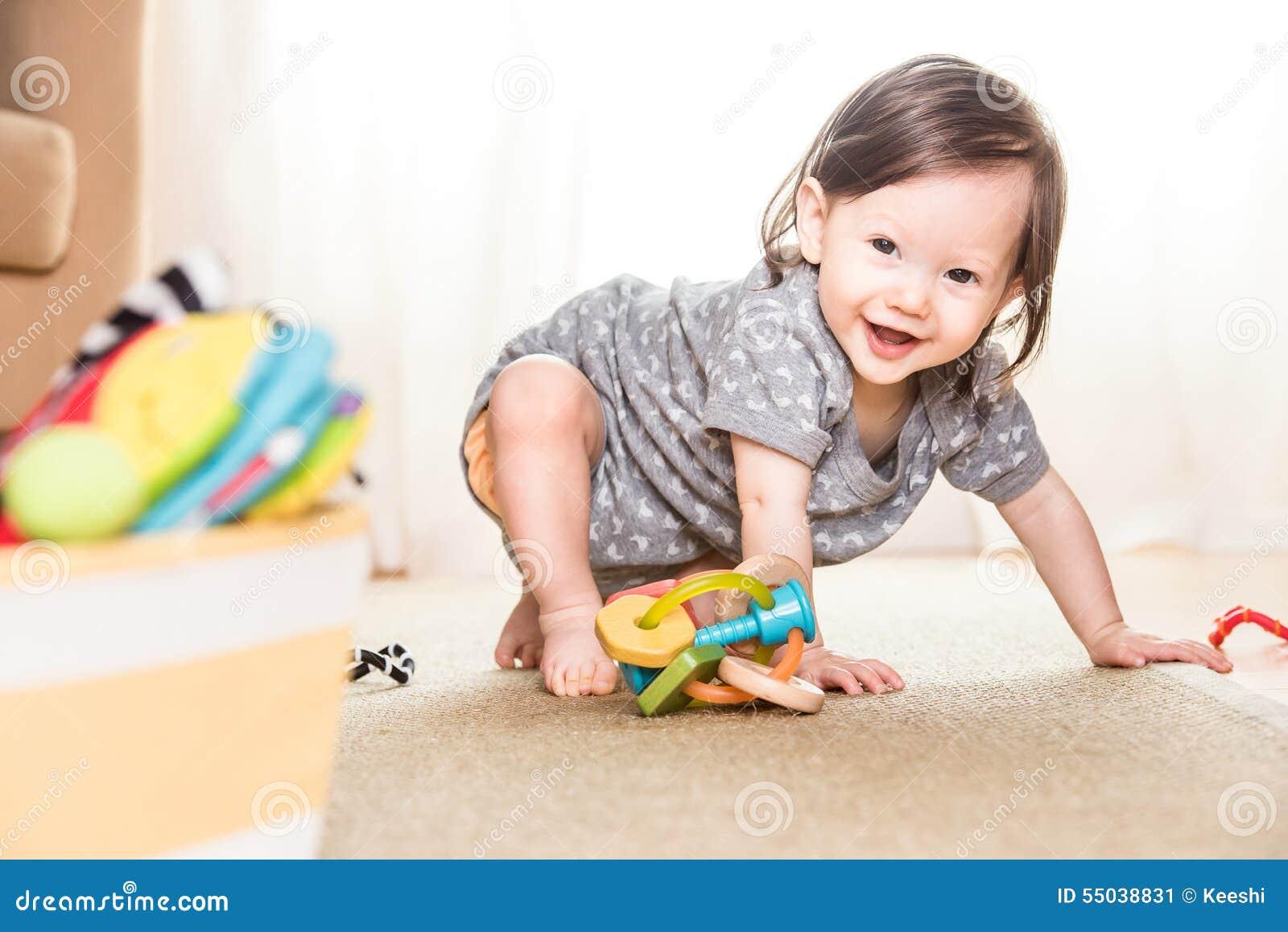 Bebé que juega en la manta