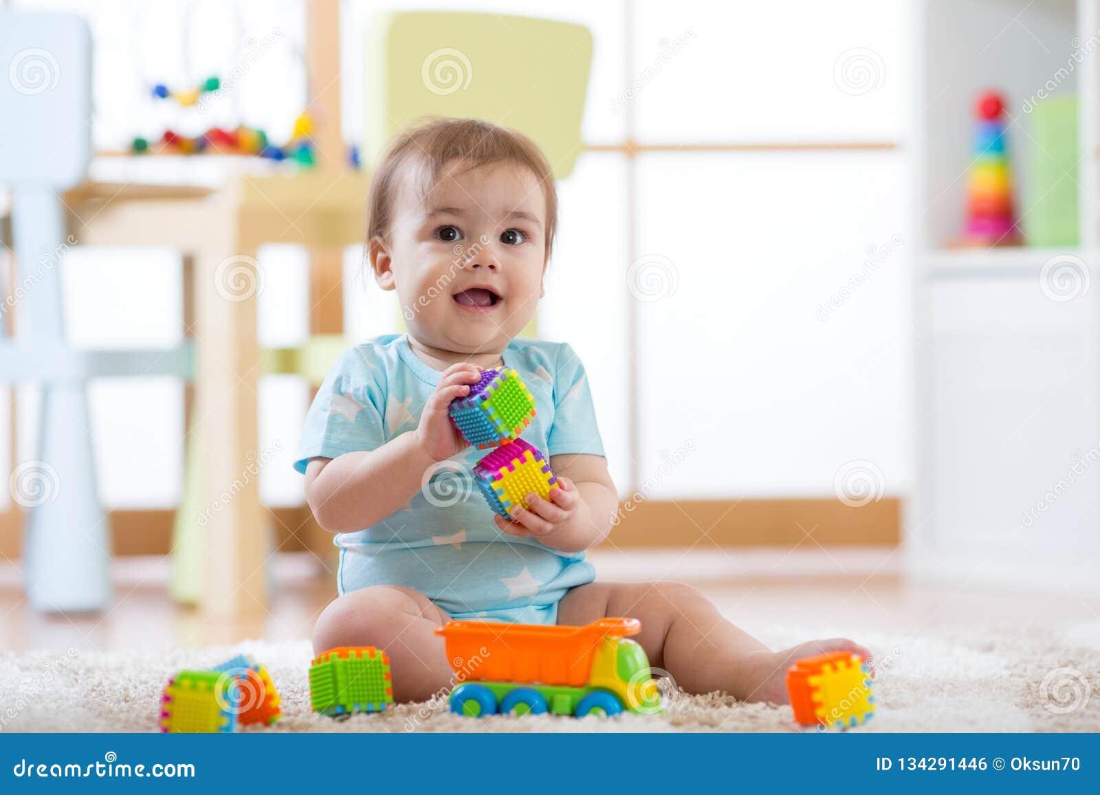 Bebé Juega En Niños Guardería Foto Que Los Juguetes O De Cuarto cTF1Jl3uK
