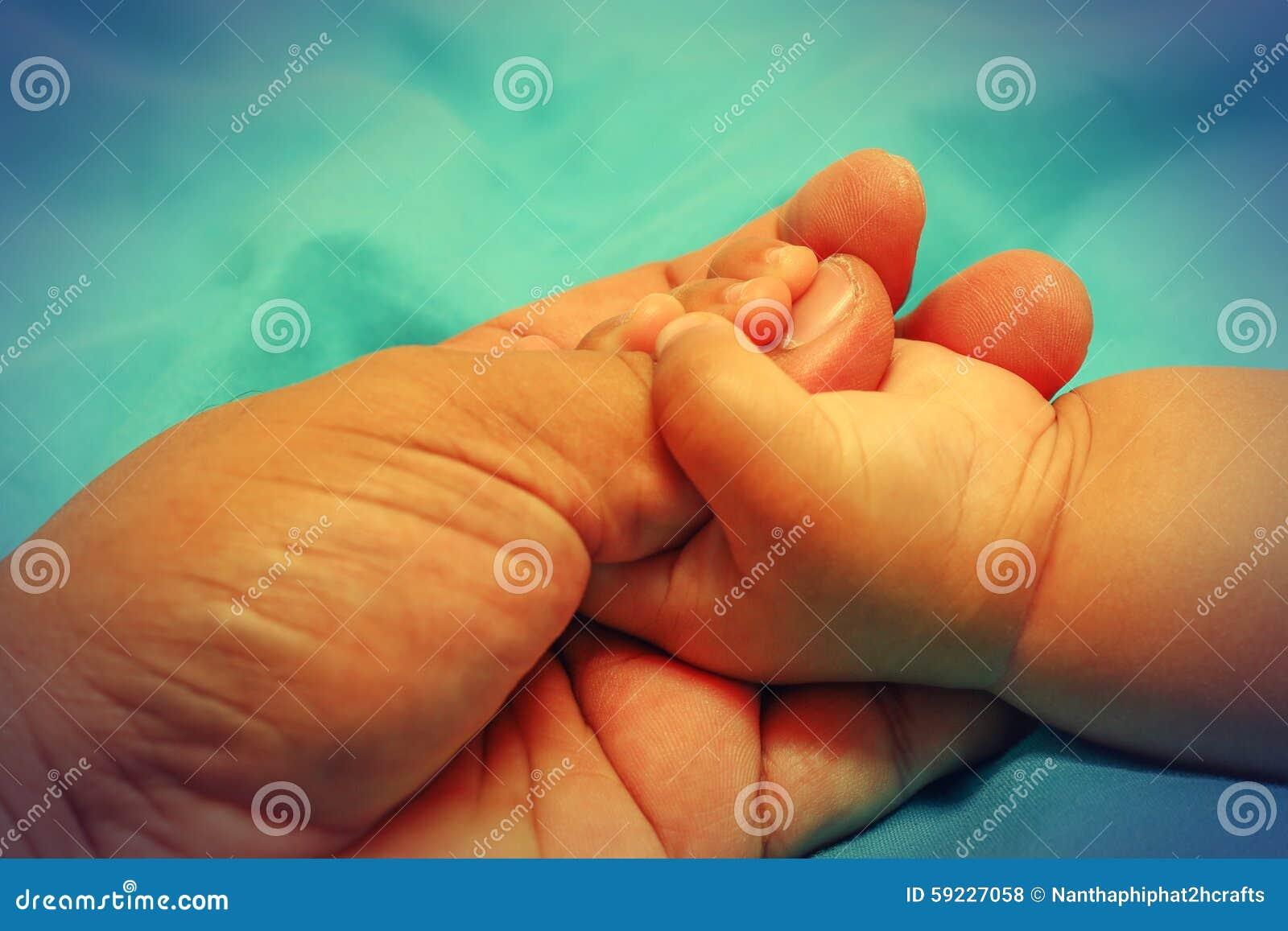 Bebé que lleva a cabo una mano