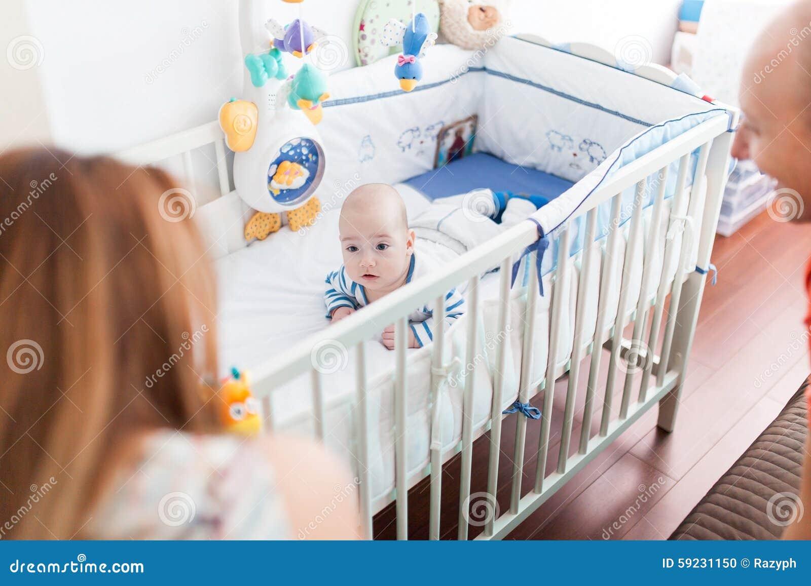 Bebé que miente en pesebre