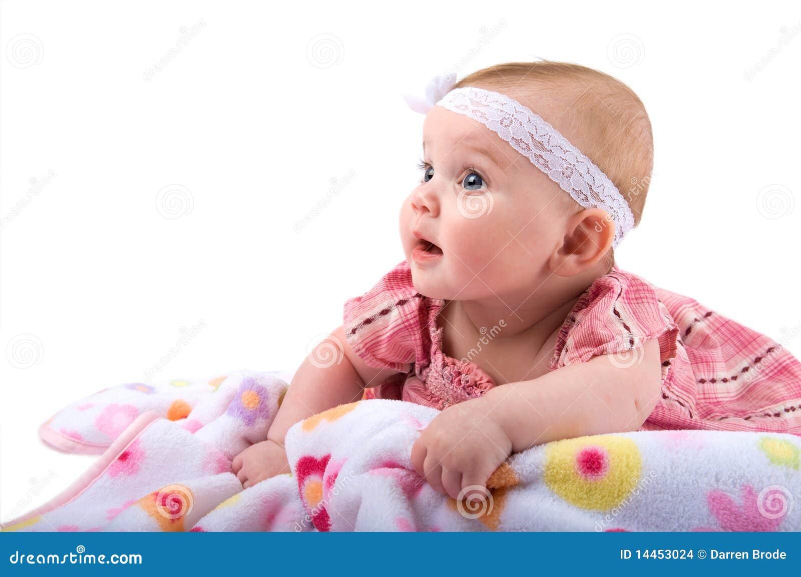 Bebé que mira el espacio en blanco de la copia