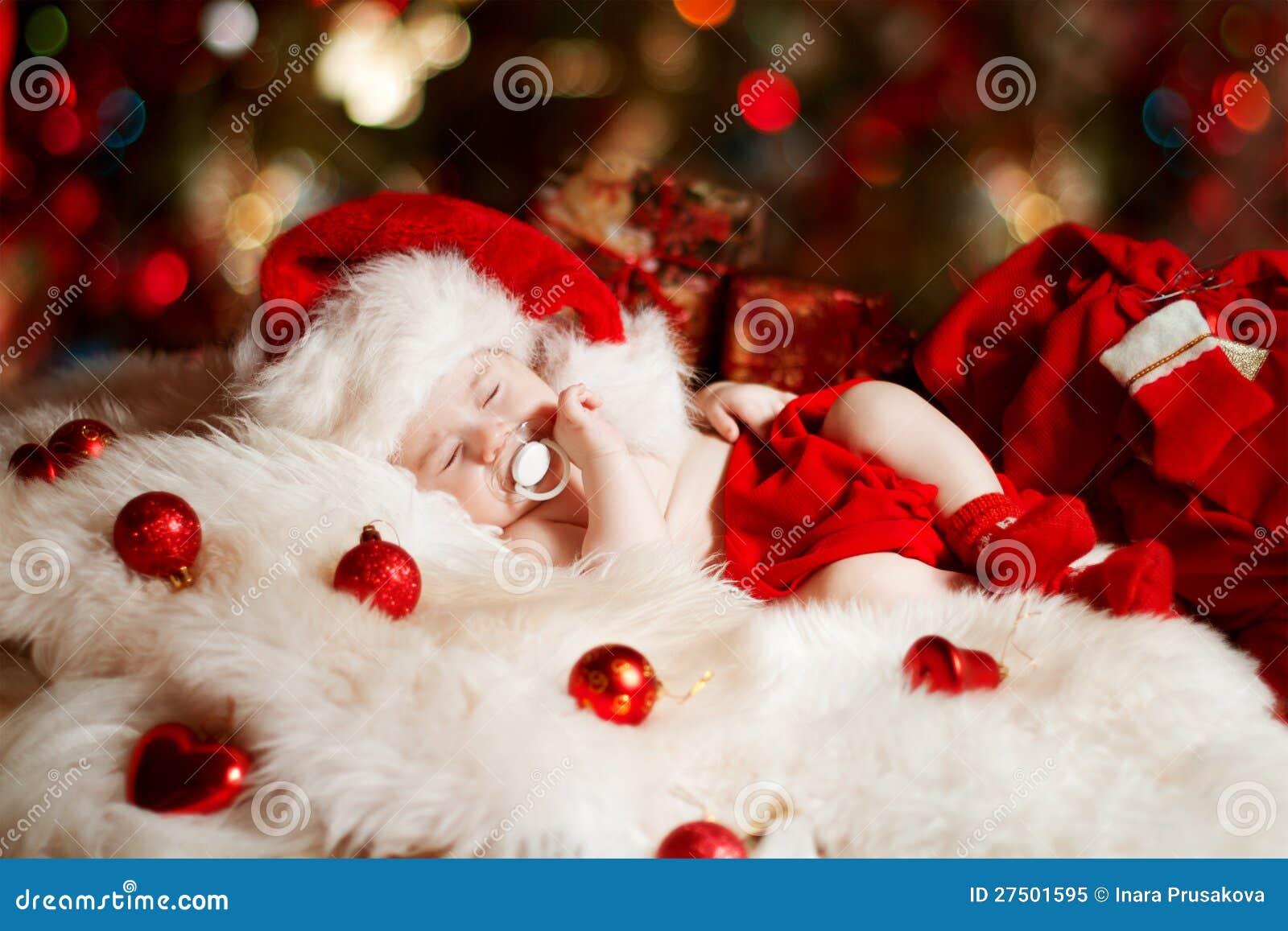 Bebé recién nacido de la Navidad que duerme en el sombrero de Santa