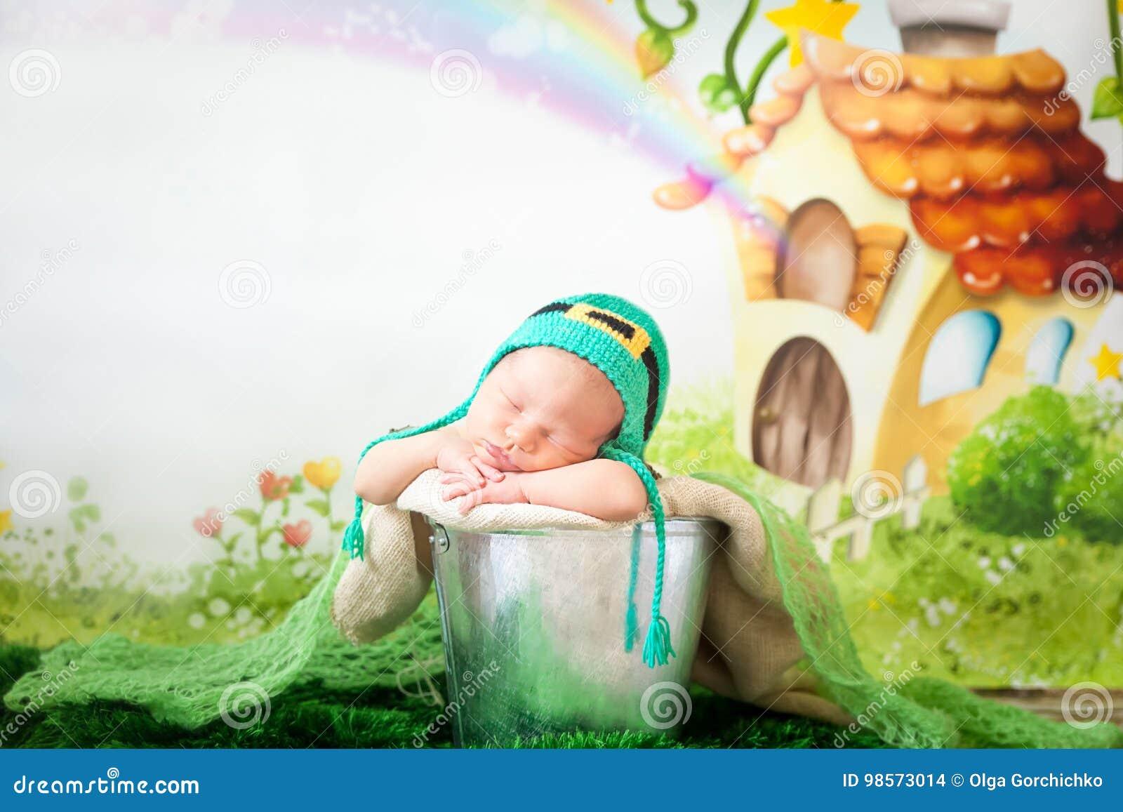 Bebé recién nacido durmiente en un sombrero del día del ` s de St Patrick