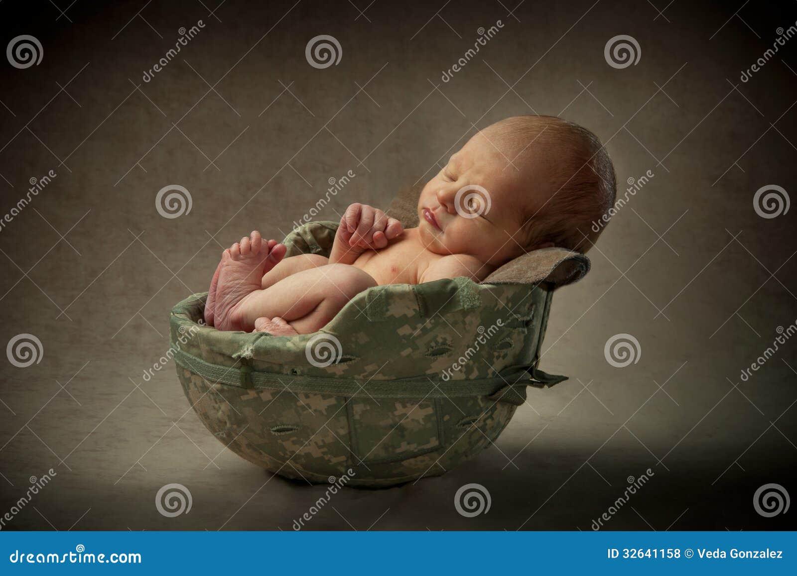 Bebé recién nacido en casco militar