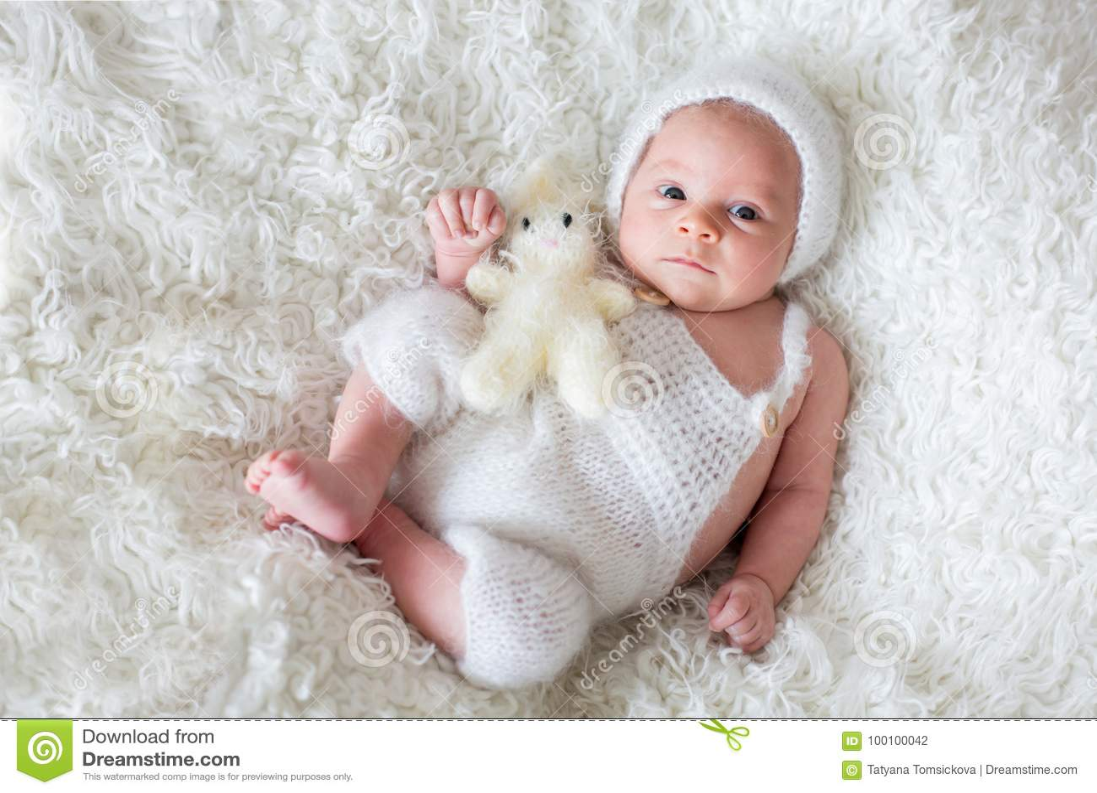 Bebé Recién Nacido Hermoso Mirando Curiosamente La Cámara Foto De Archivo Imagen De Inocencia Cara 100100042