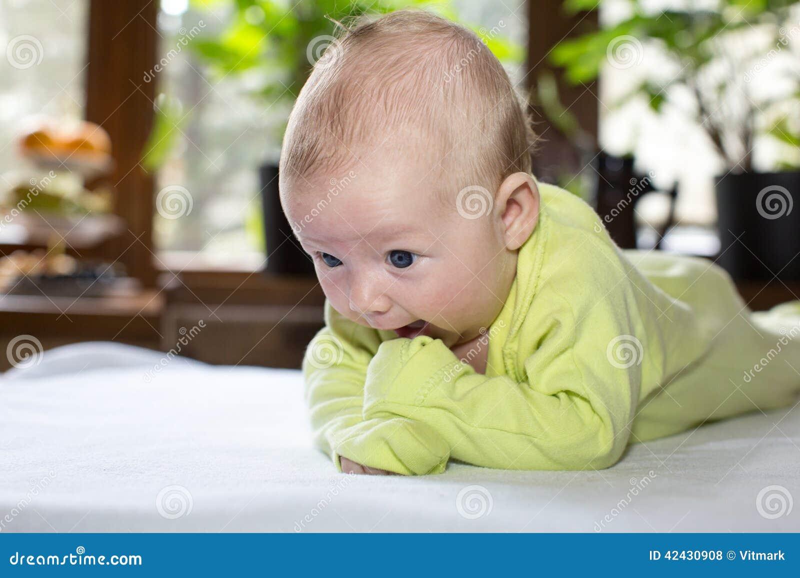 Bebé recién nacido lindo