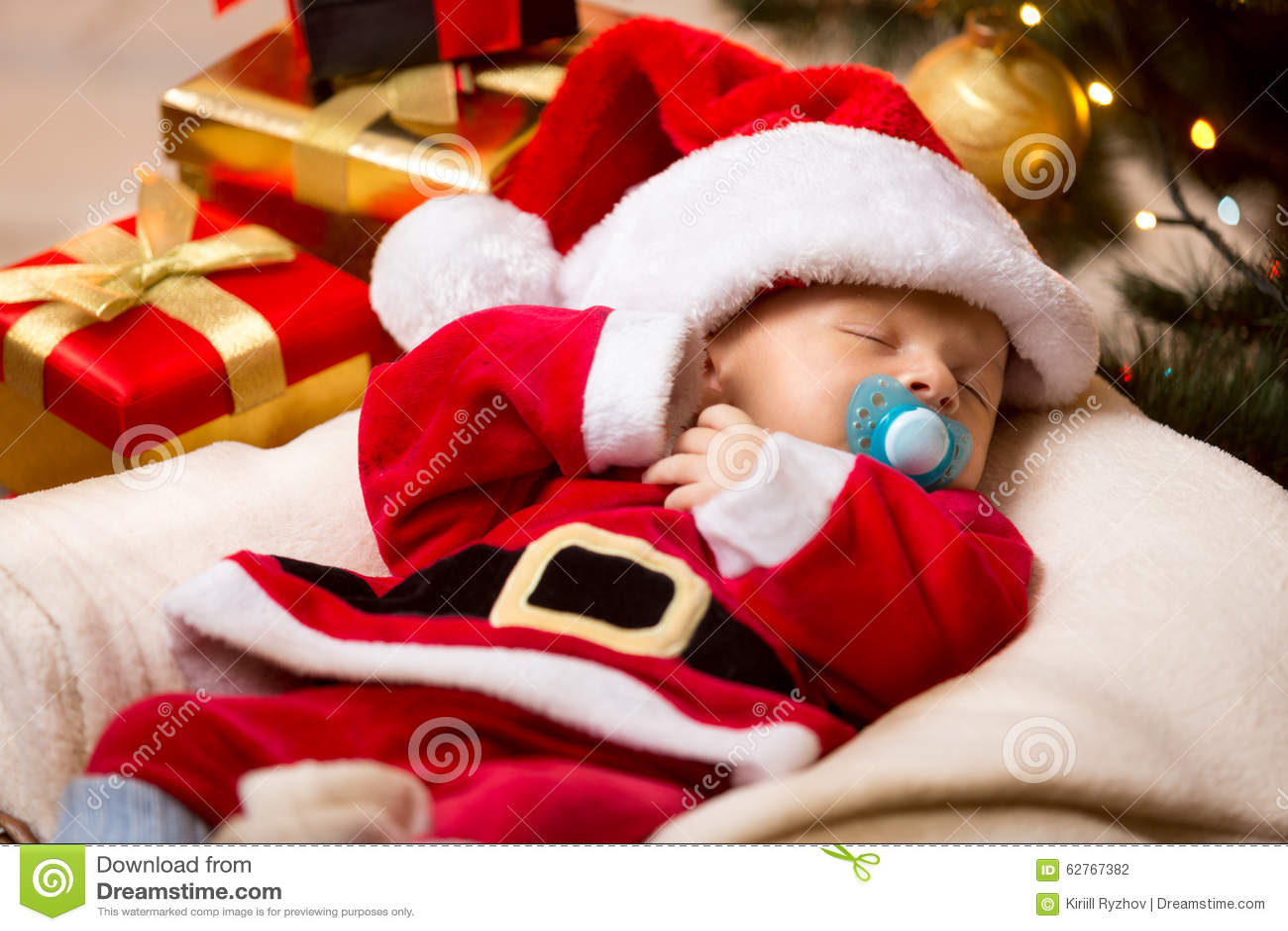 Bebé Recién Nacido Que Duerme En El Traje Blanco Y Rojo