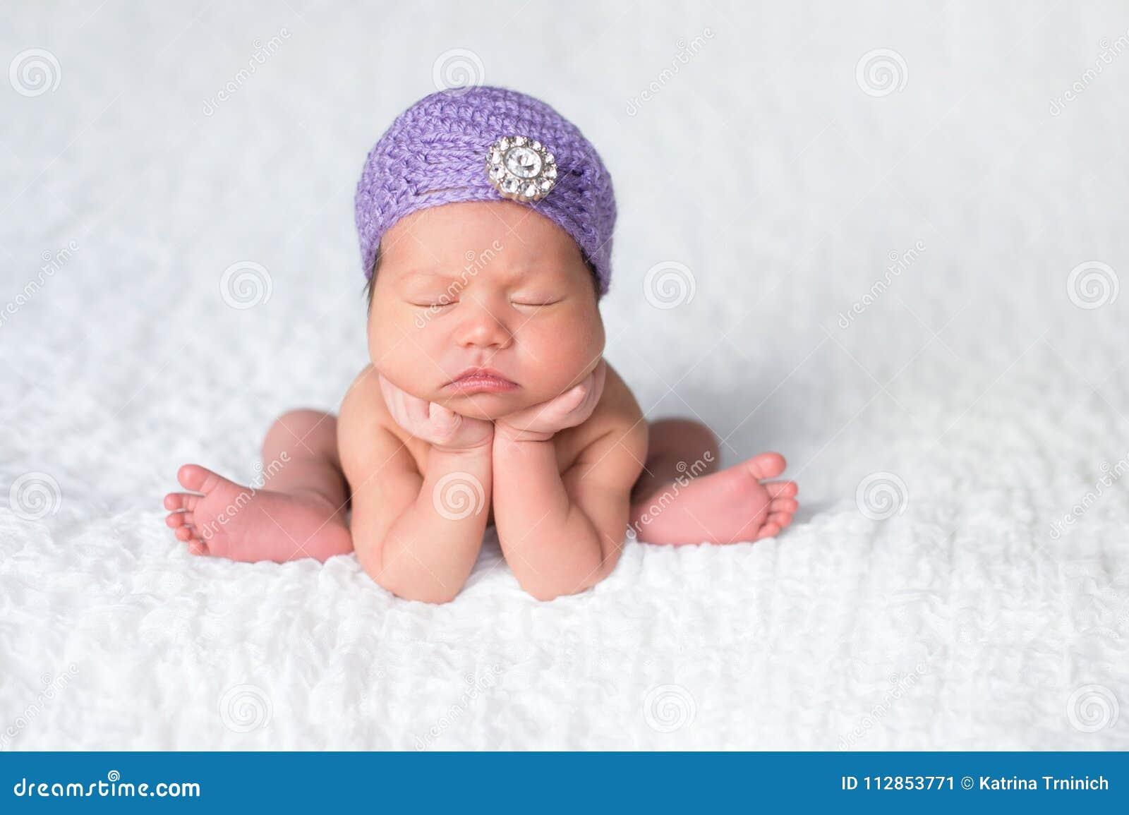 Bebé Recién Nacido Que Lleva Un Sombrero De La Aleta De La Lavanda ...