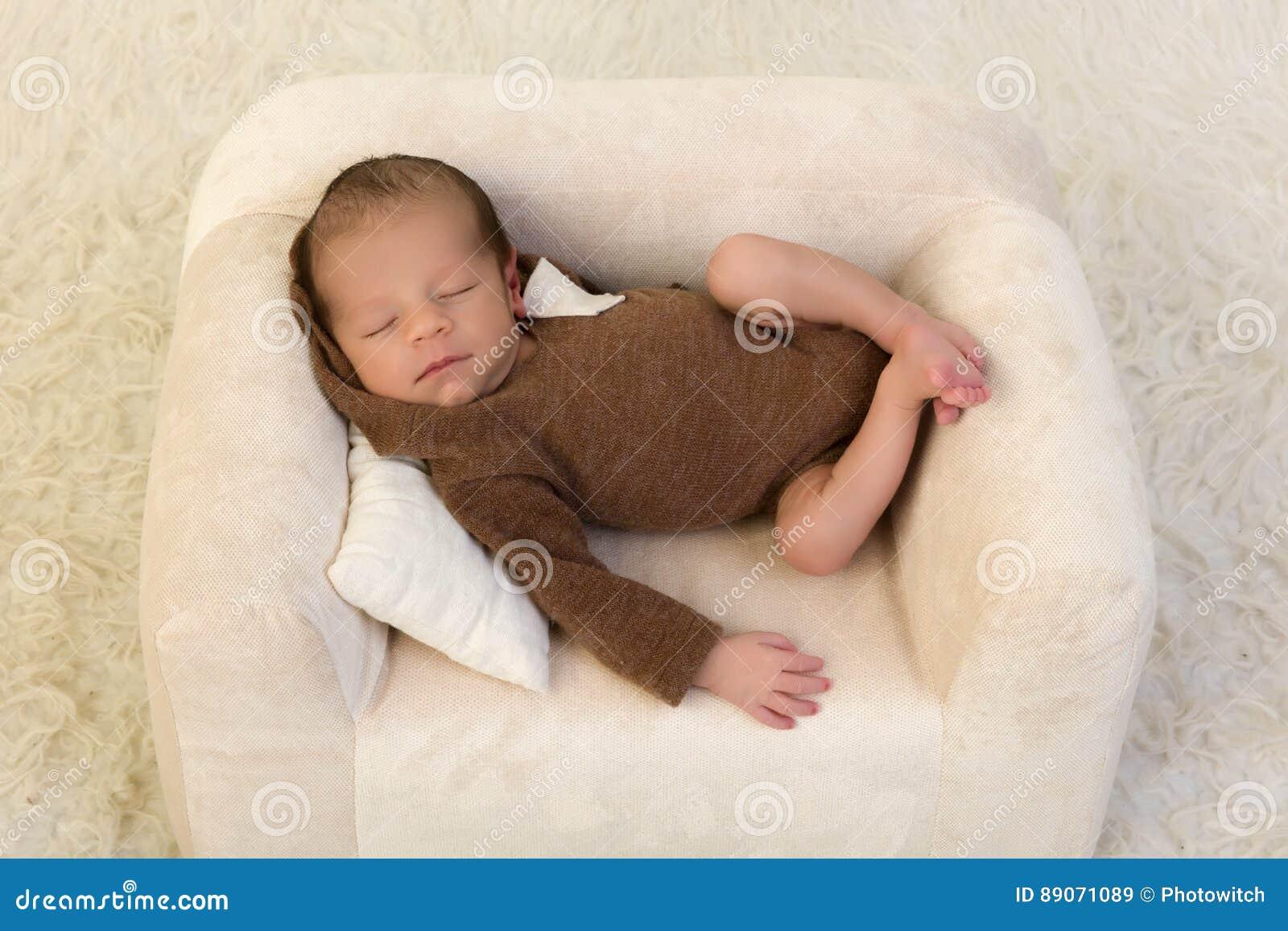 Bebé recién nacido que se relaja en butaca