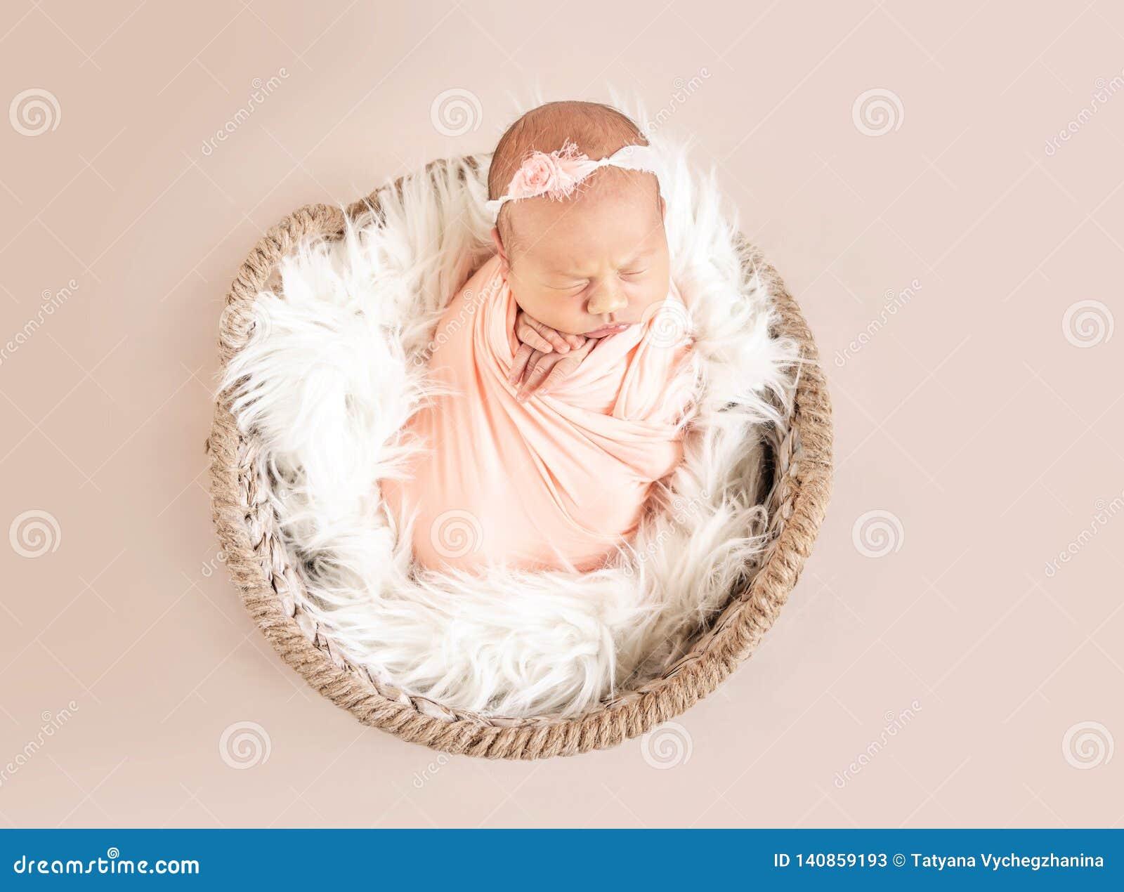 Bebé recién nacido soñoliento lindo