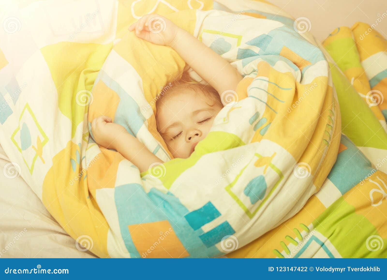Bebé soñoliento en manta colorida