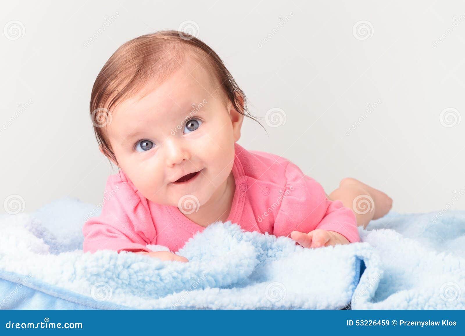 Bebé sonriente adorable