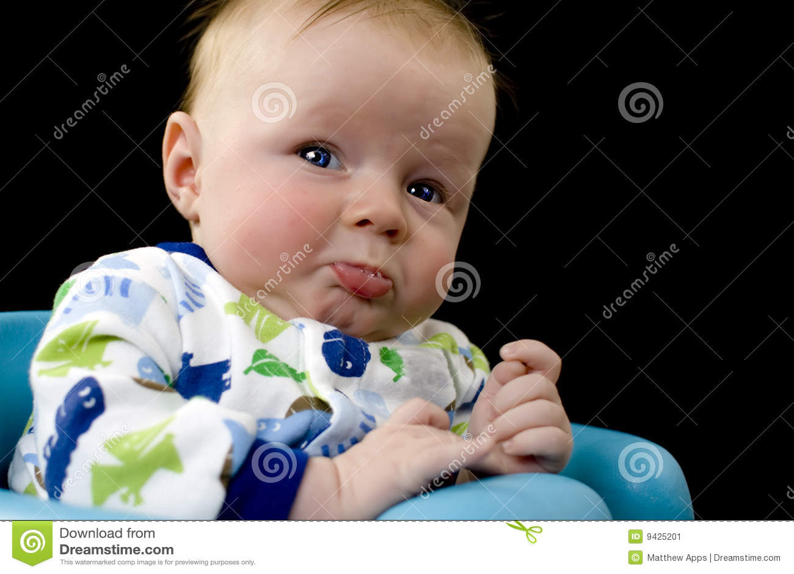 Bebé virado aproximadamente a gritar