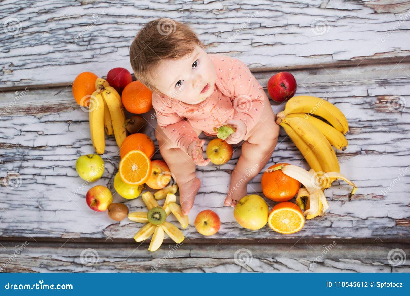 Bebé y frutas sonrientes