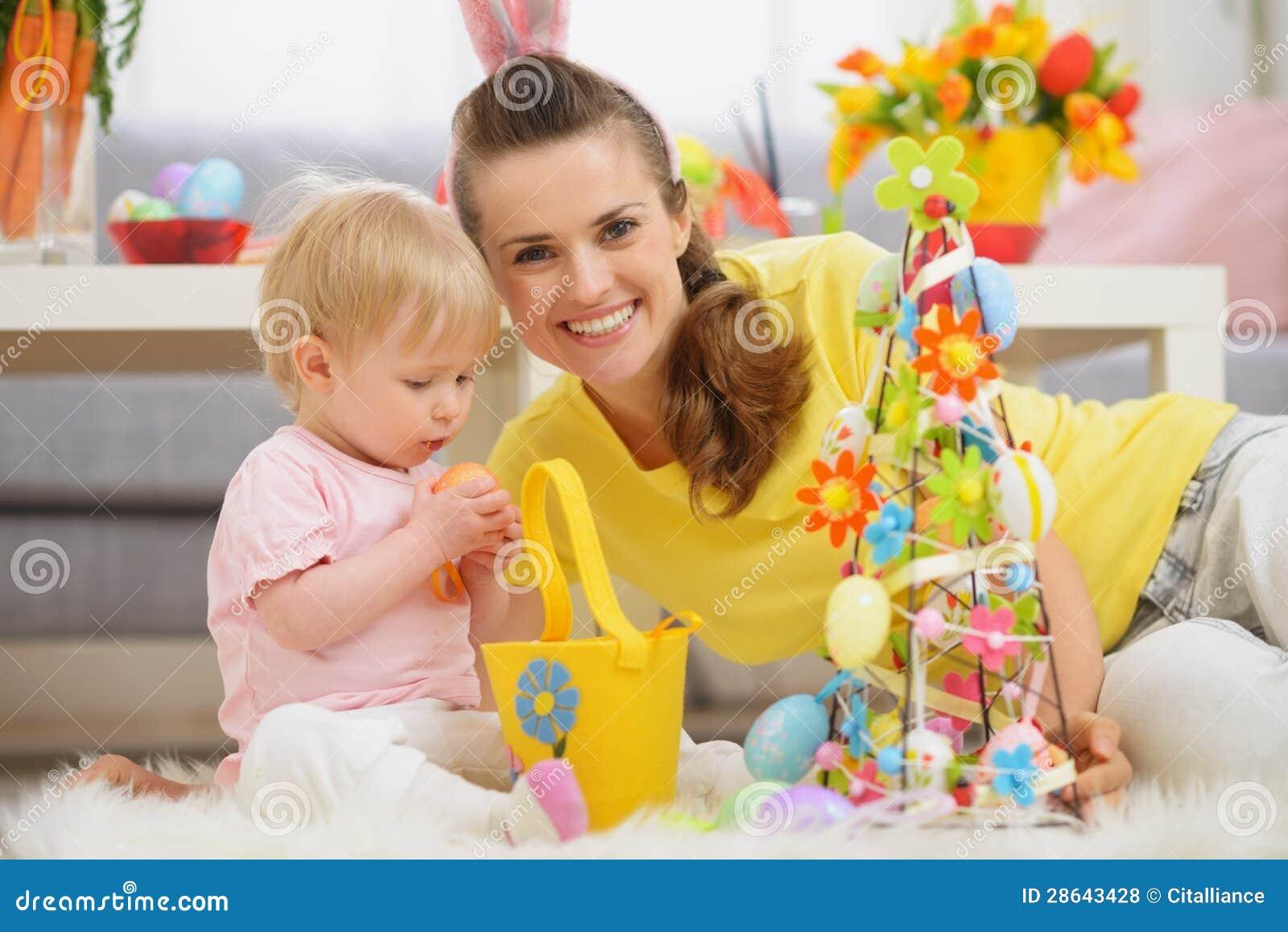 Bebé y madre que pasan el tiempo junto en Pascua