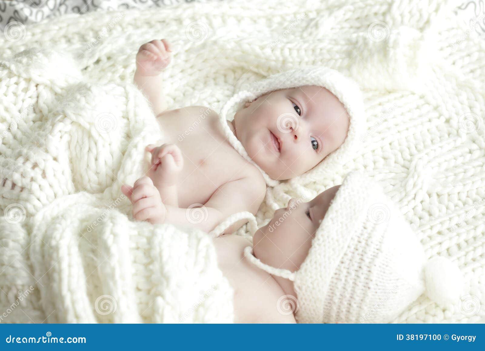 Bebés Recién Nacidos De Los Gemelos Foto De Archivo Imagen De Hermoso Vida 38197100