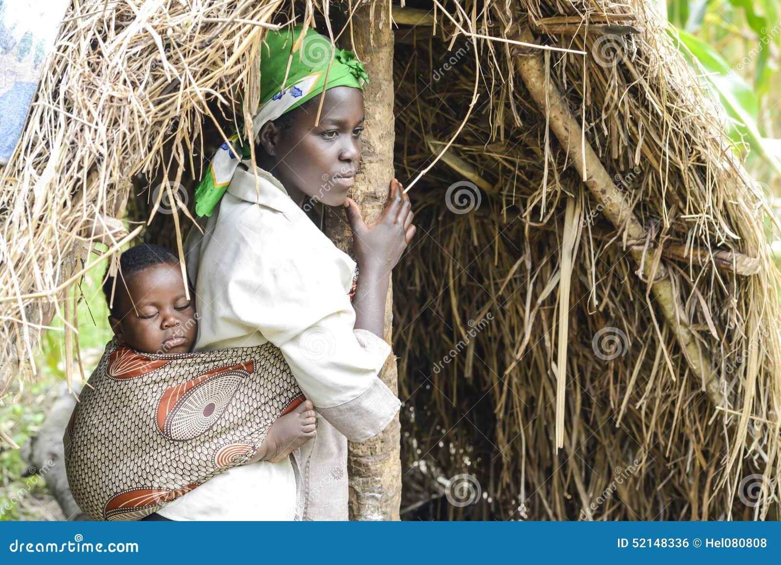 Bebê africano da mãe no estilingue