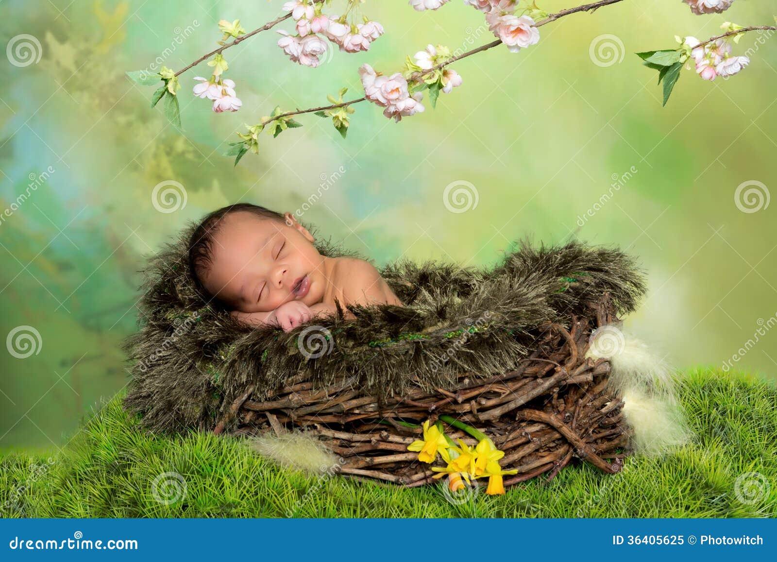 Bebê africano de sono da mola