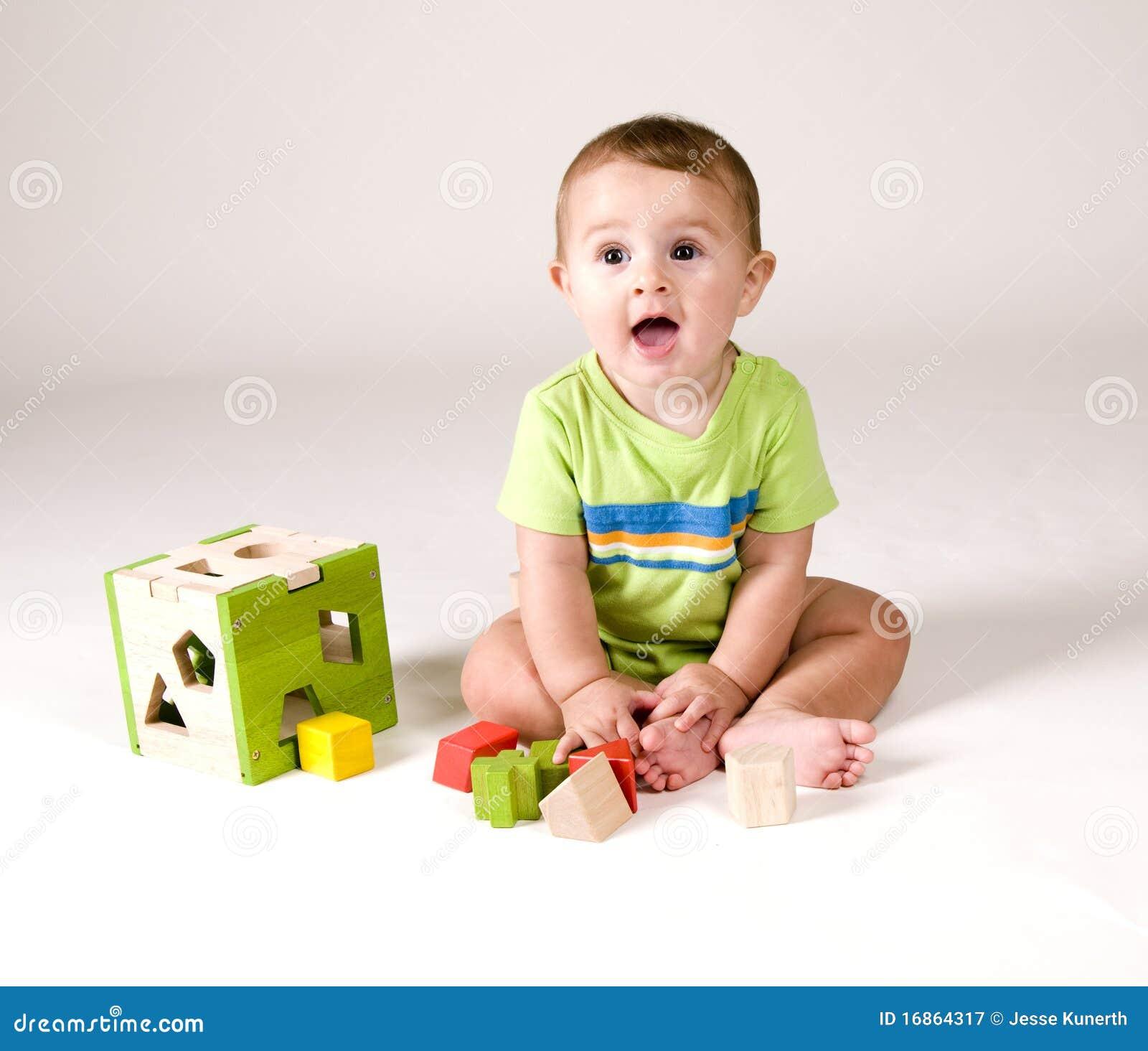 Bebê bonito com brinquedos