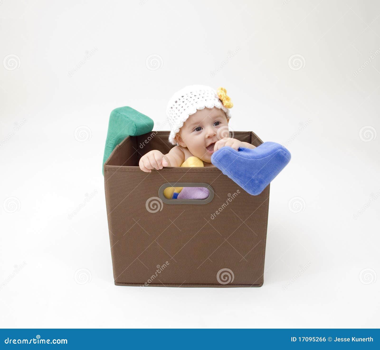 Bebê bonito na caixa