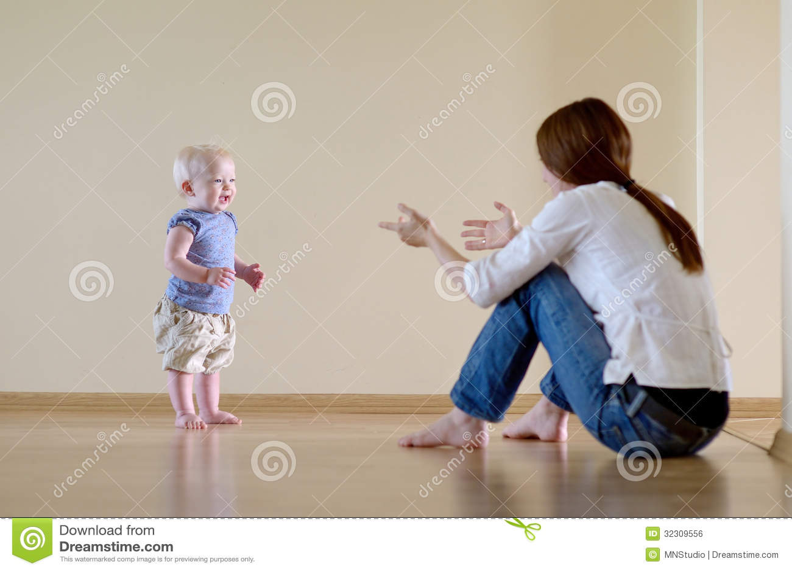 Bebê bonito que aprende andar