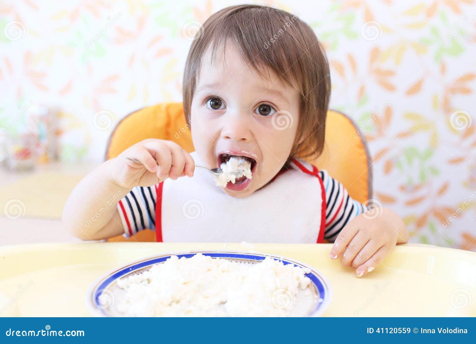 Bebê bonito que come o quark