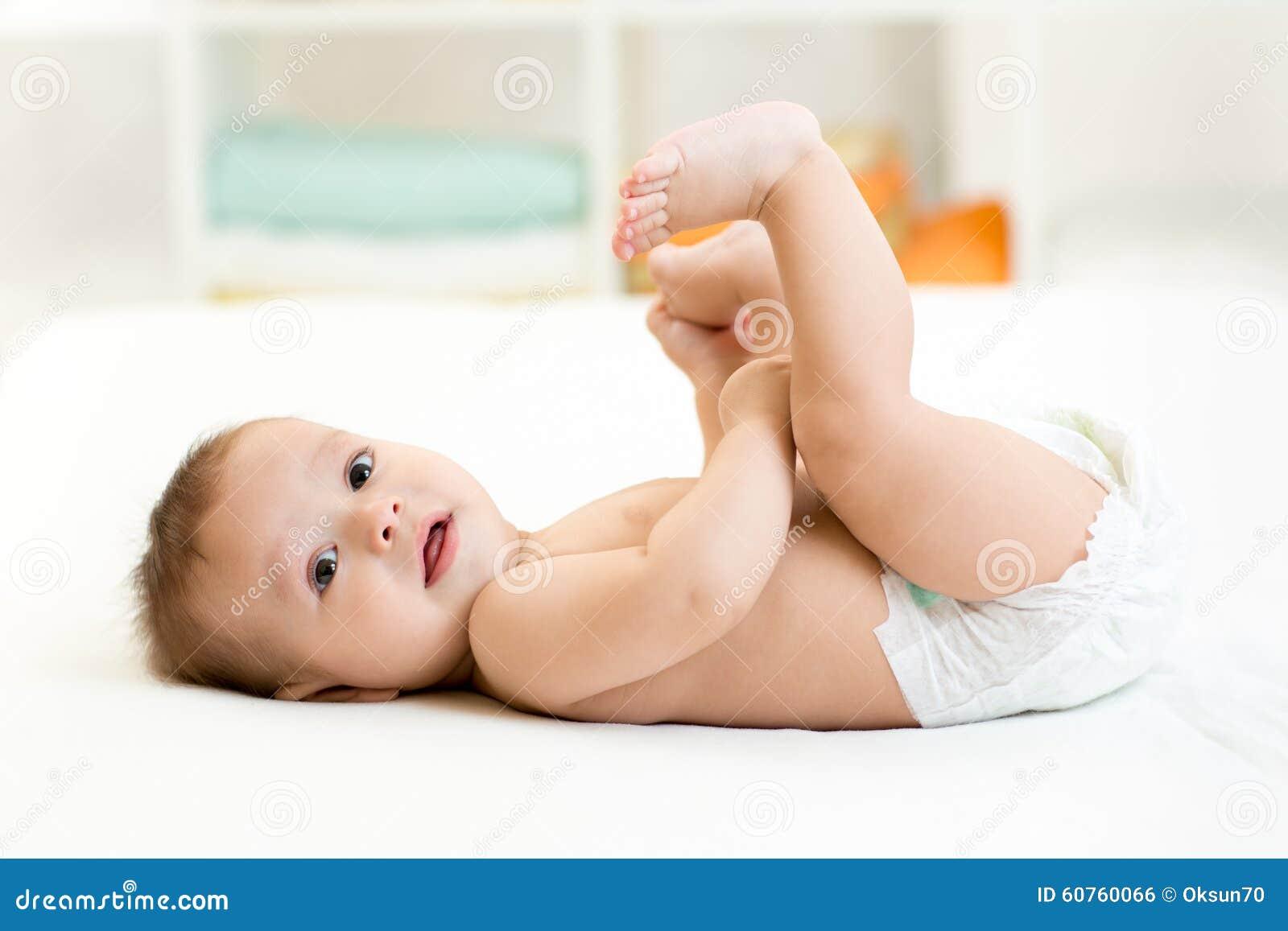 Bebê bonito que encontra-se na folha branca e que guarda o seu