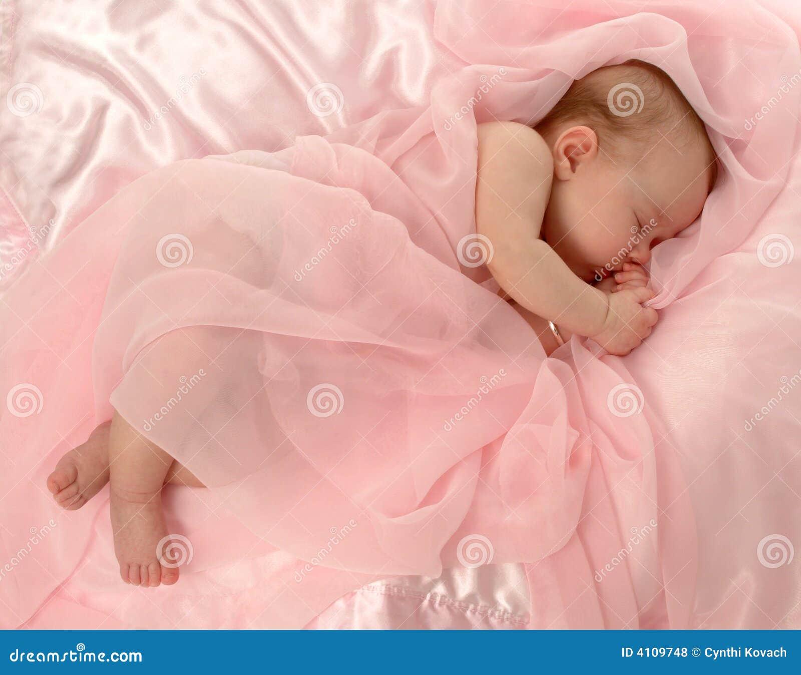 Bebê coberto na cor-de-rosa