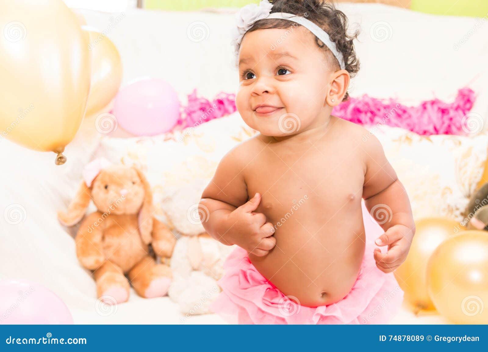 Bebê com descansos e balões