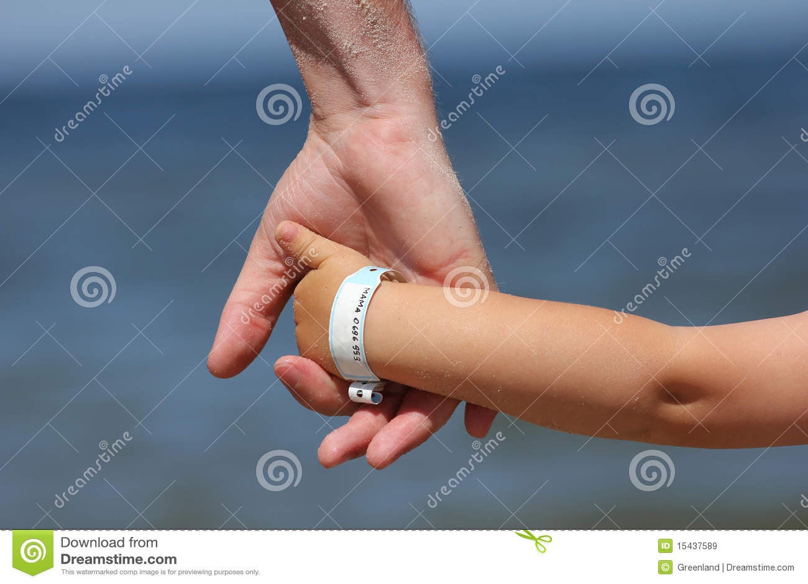 Bebê com wristband da informação