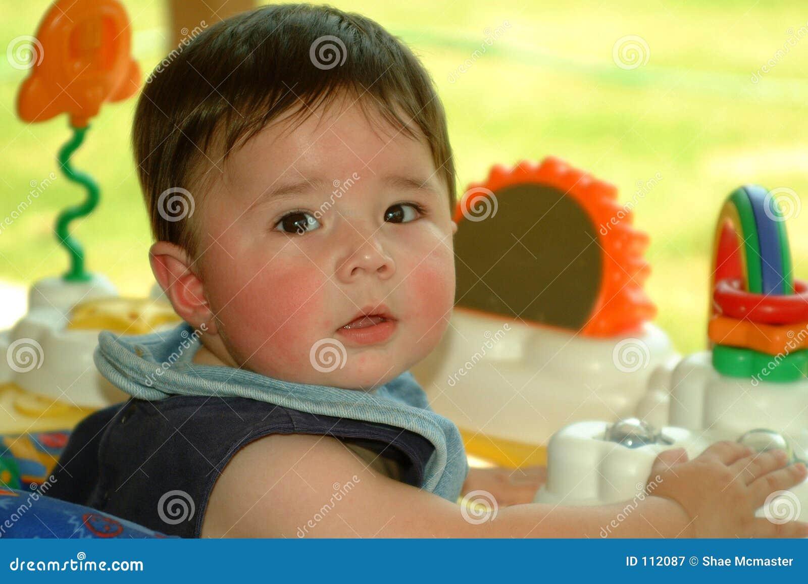 Bebê das crianças que joga fora