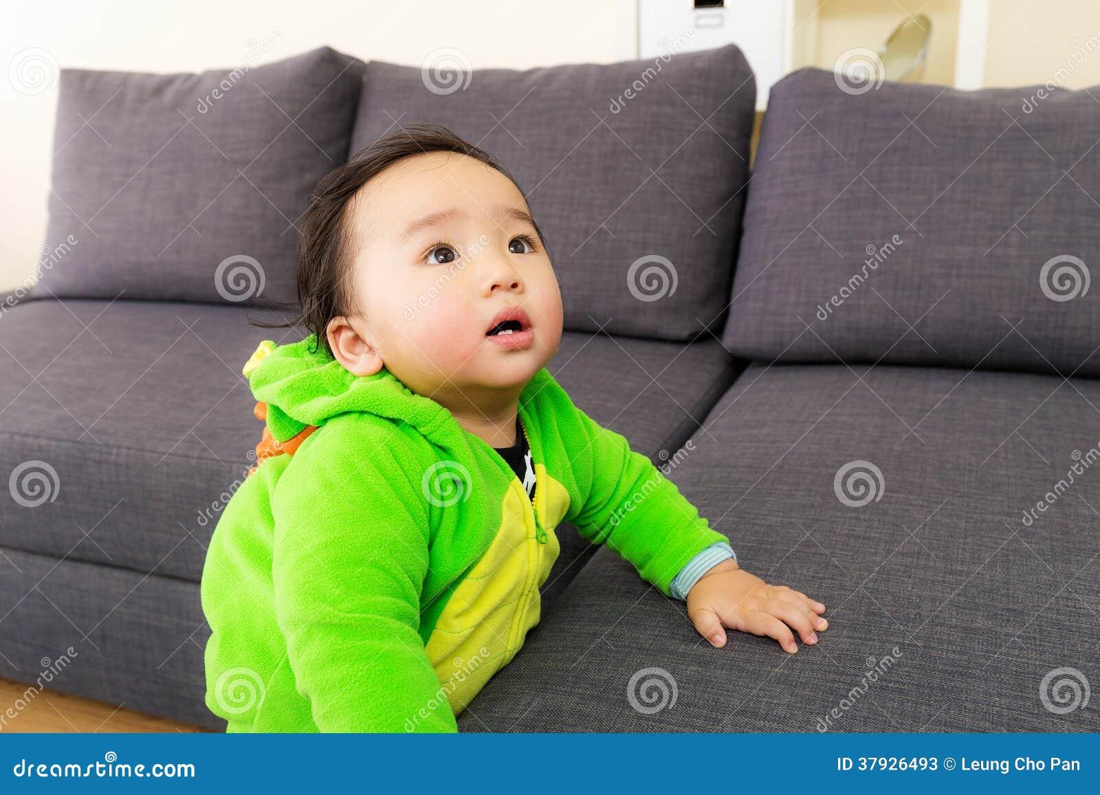 Bebê de Ásia com o traje do partido do Dia das Bruxas do dinossauro