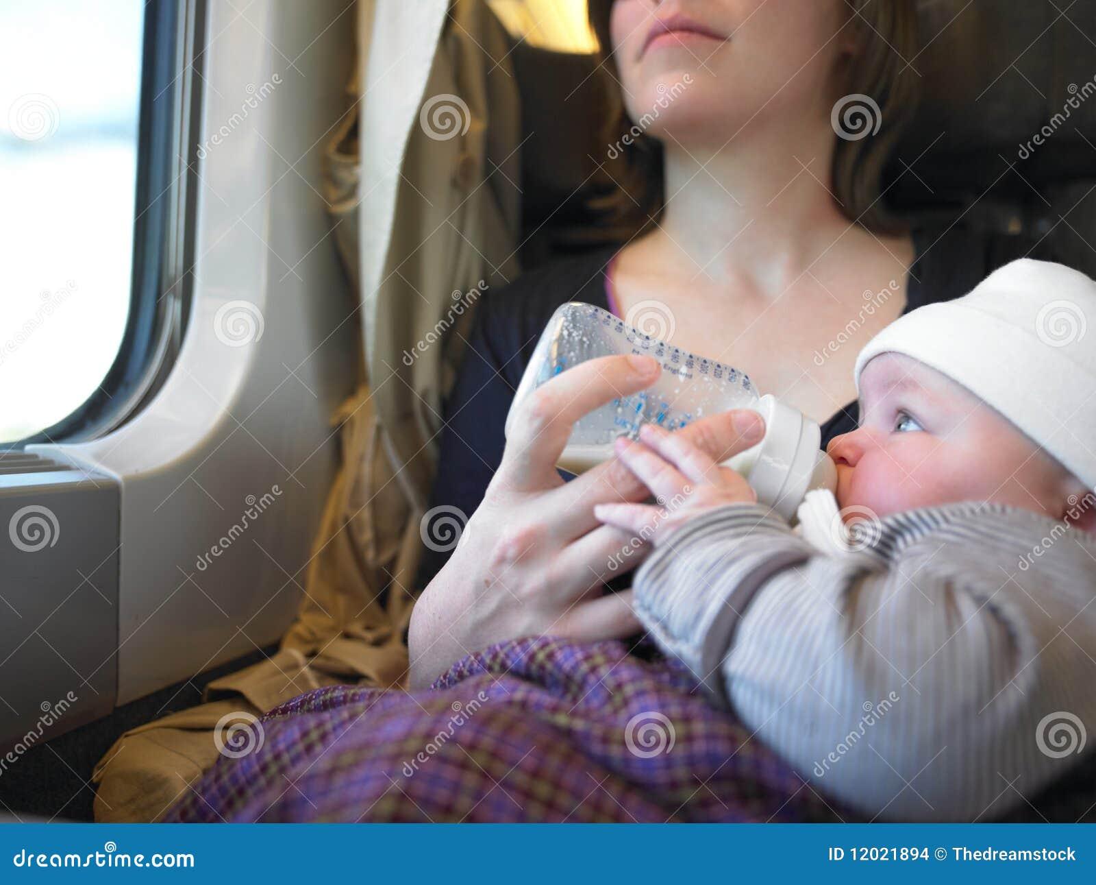 Bebê de alimentação da matriz