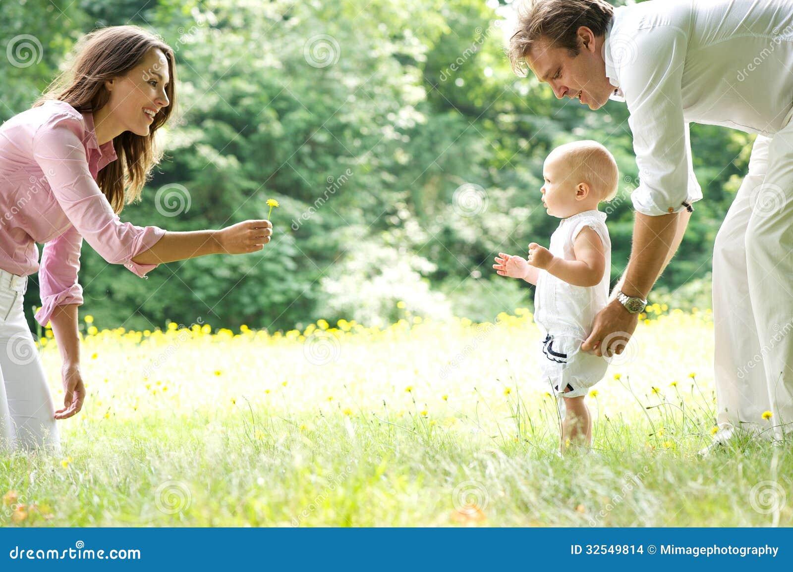Bebê de ensino da família nova feliz a andar
