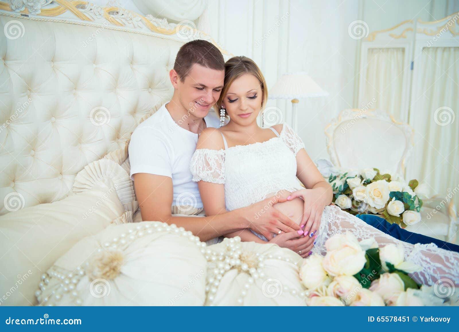 Bebê de espera da família grávida feliz