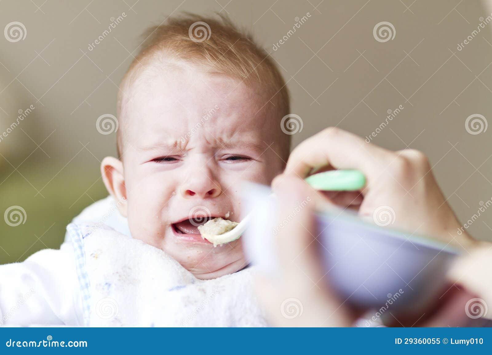 Bebê de grito que come o papa de aveia