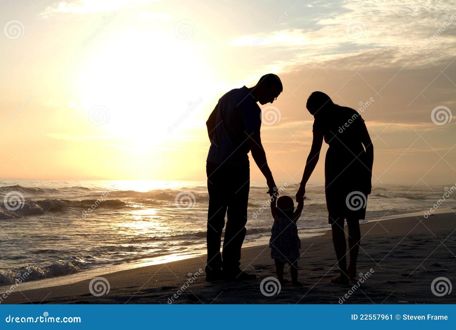 Bebê de passeio dos pais