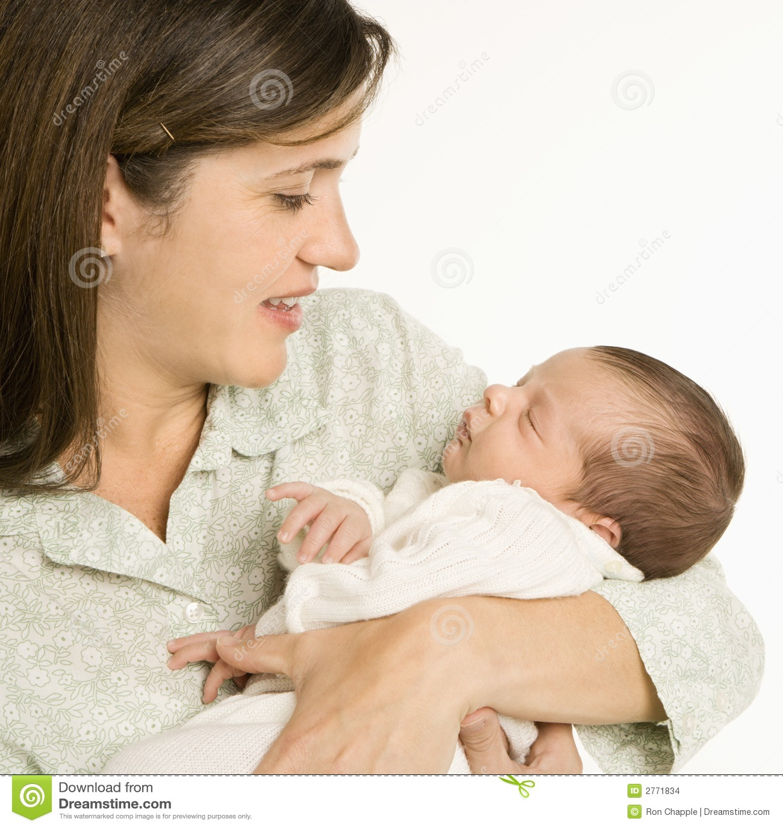 Bebê de sorriso da terra arrendada da matriz.