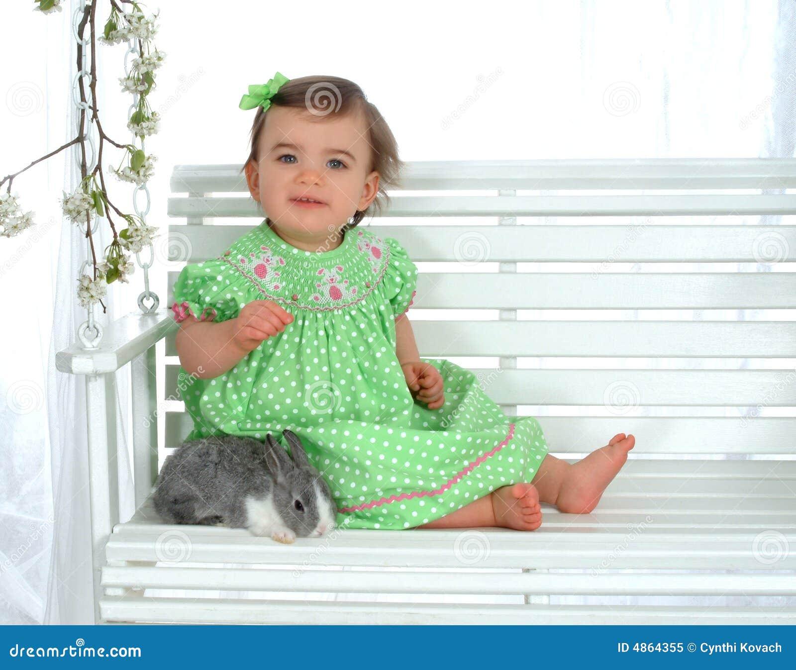 Bebê e coelho no balanço
