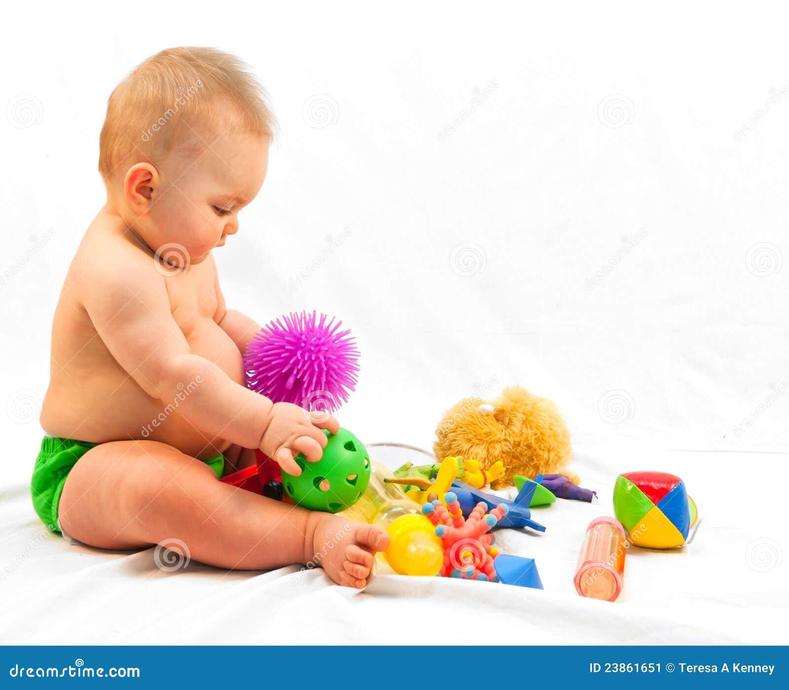 Bebê e pilha dos brinquedos