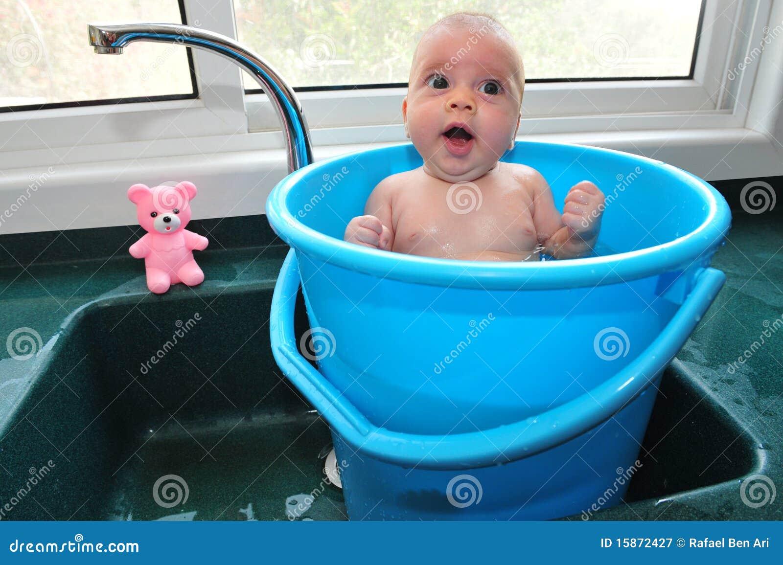 Bebê em uma cubeta
