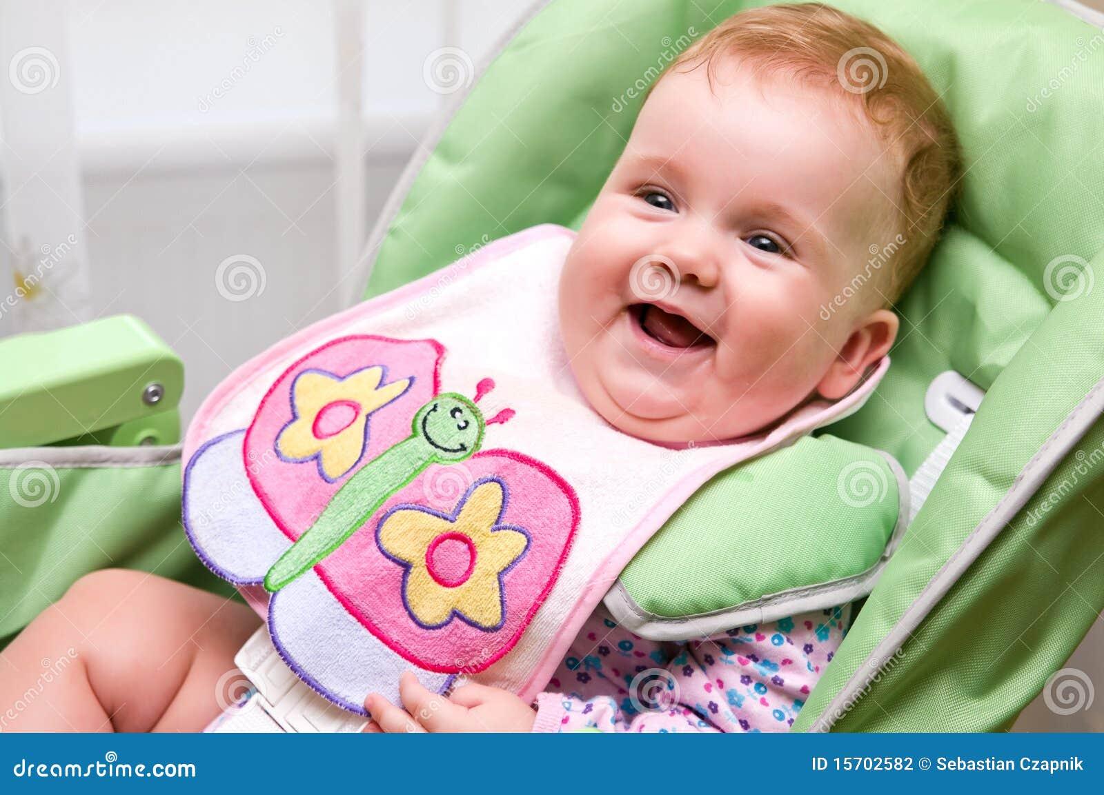 Bebê feliz antes da refeição