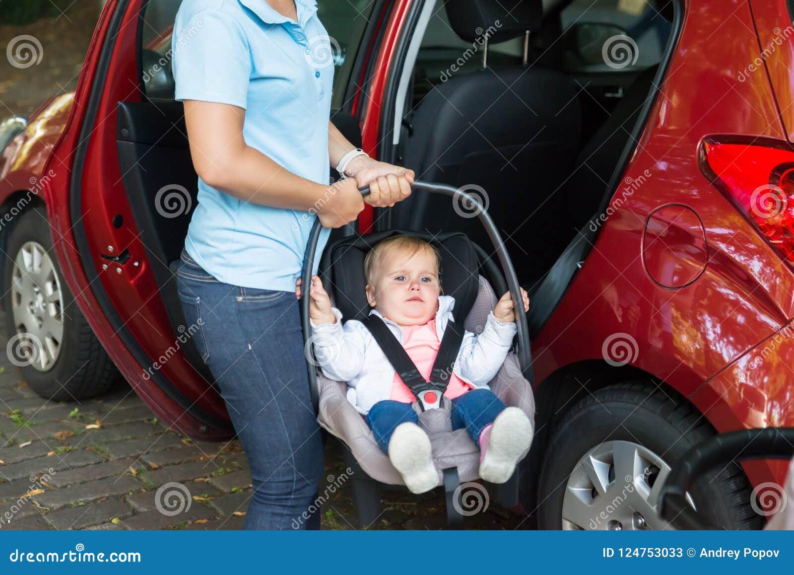 Bebê levando da mãe no banco de carro